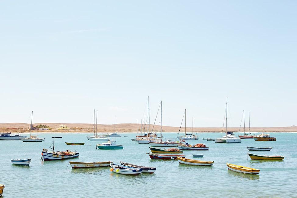 Båter på vannet utenfor byen Palmeira på Sal