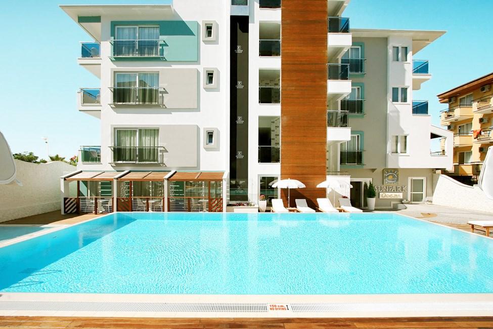 Hotellet har to bassengområder, begge ligger i tilslutning til Sunprime Lounge