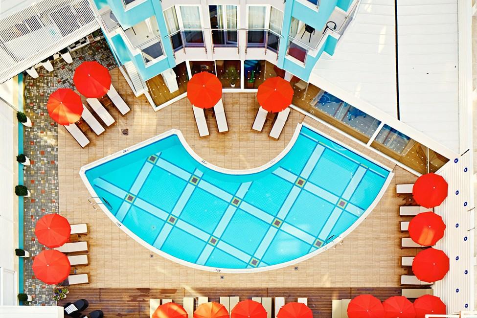 Rundt bassengene er det nok av behagelige solsenger og parasoller
