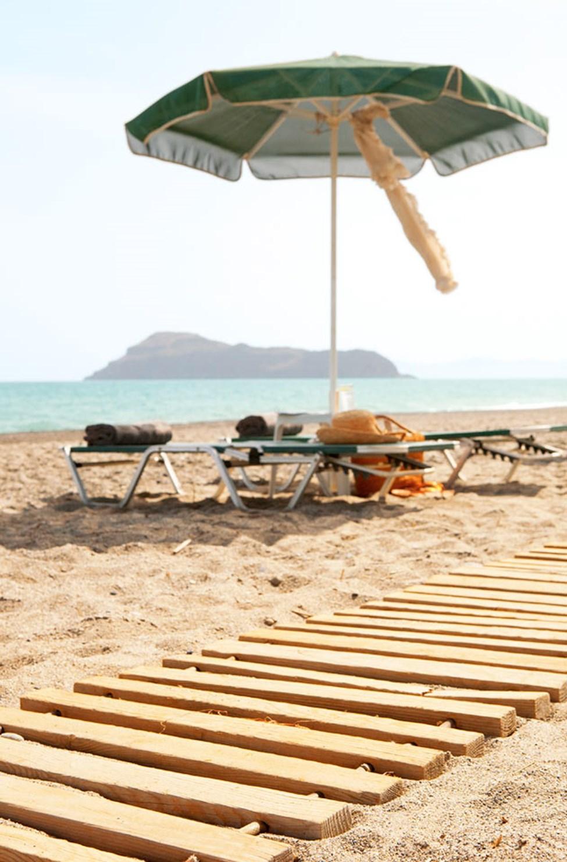 Solsenger og parasoller finnes også på stranden rett ved hotellet.