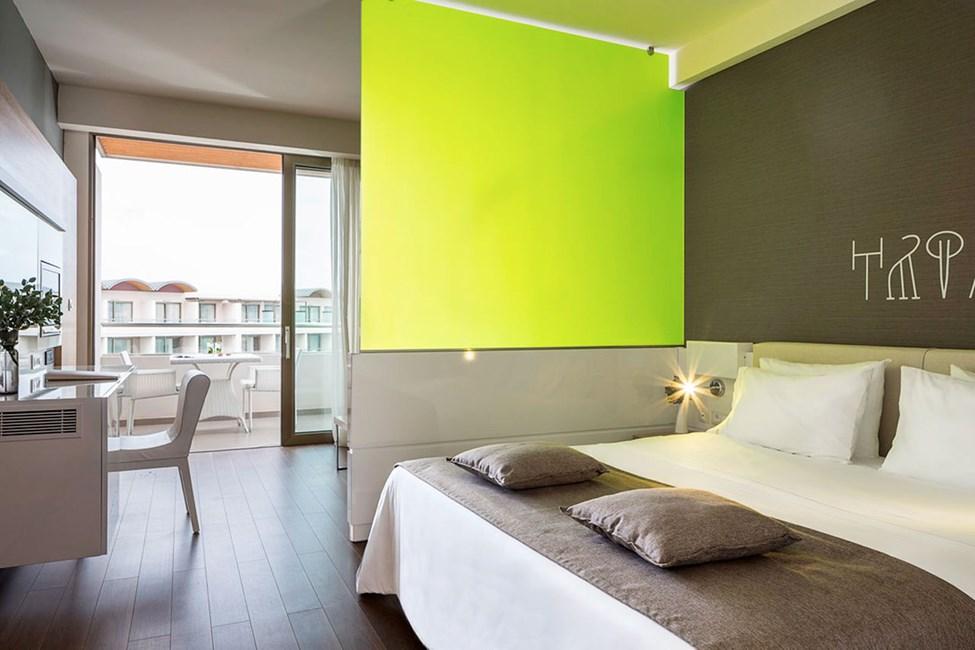 Familierom hvor flere av rommene har en grønn glass-skillevegg