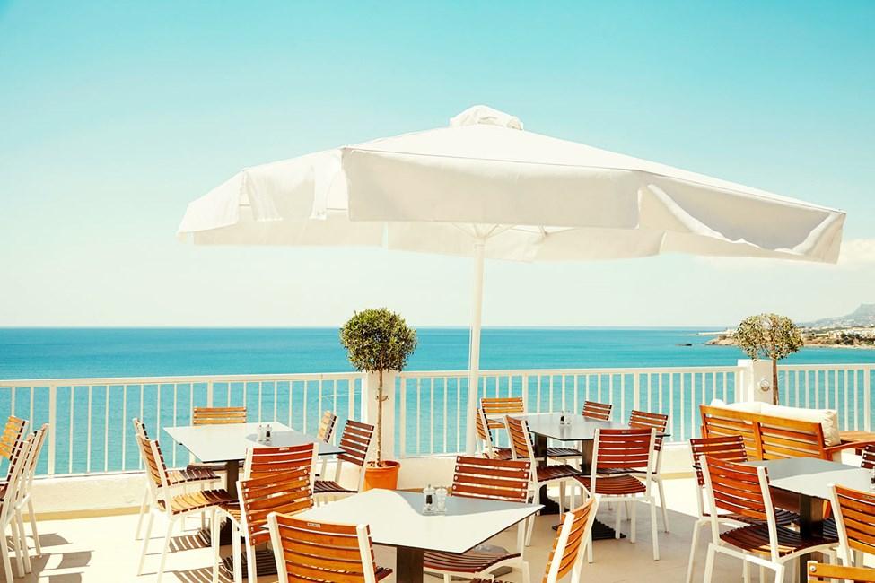 På bufférestaurantens herlige terrasse nyter du både god mat og vakker utsikt.