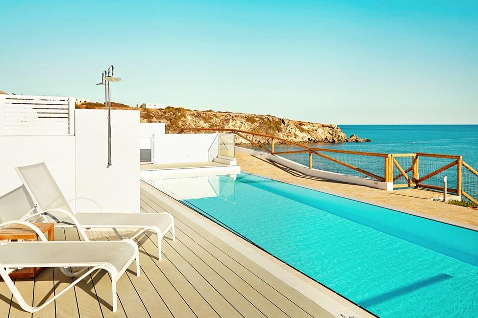 En av de herlige Royal Pool Suites med direkte utgang til privat, delt basseng, Afrodite