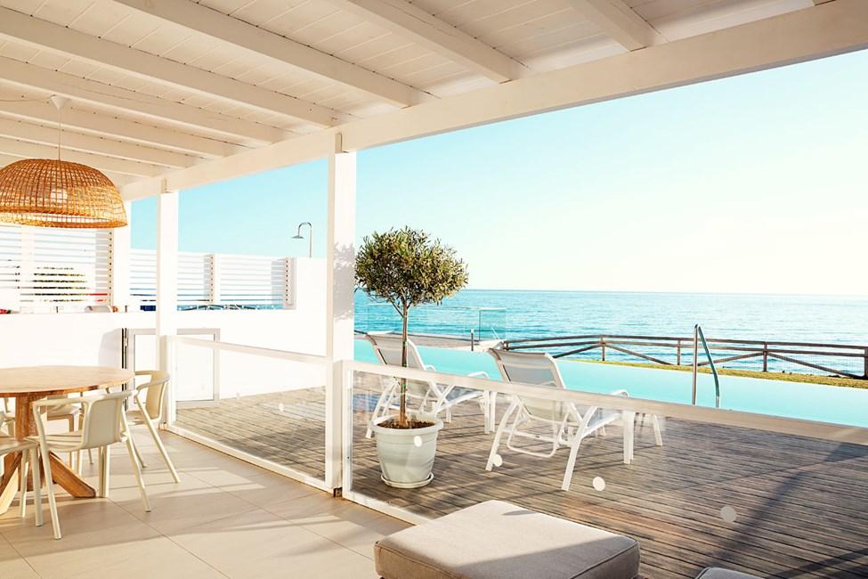 3-romsleilighet Royal Pool Suite med to soverom og stor terrasse med havutsikt og direkte utgang til privat, delt basseng, Afrodite