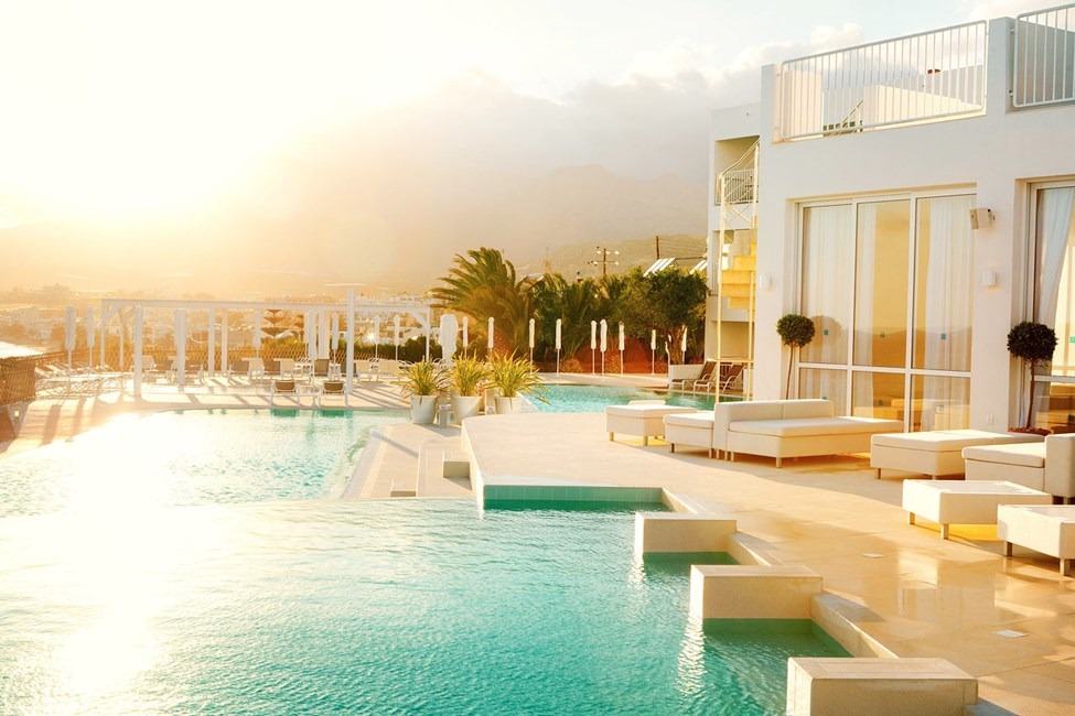 Finn familiens egen favorittplass ved bassenget eller på terrassene ned mot havet. Dette er  Beach Club-bassenget.
