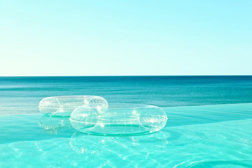I Beach Club Pool svømmer du med utsikt over havet