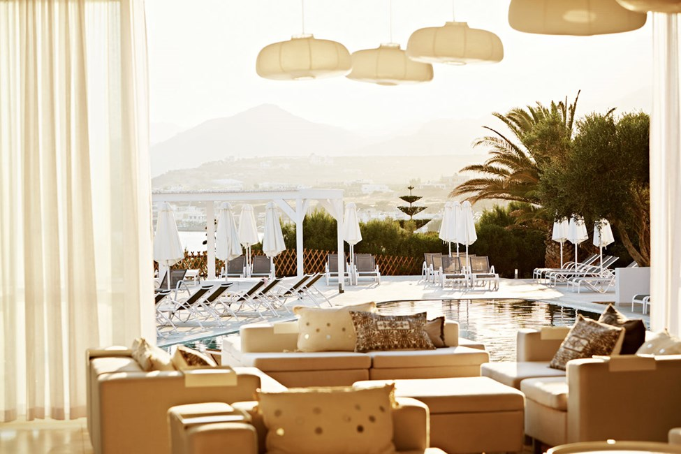 Lounge med utsikt over bassenget og havet