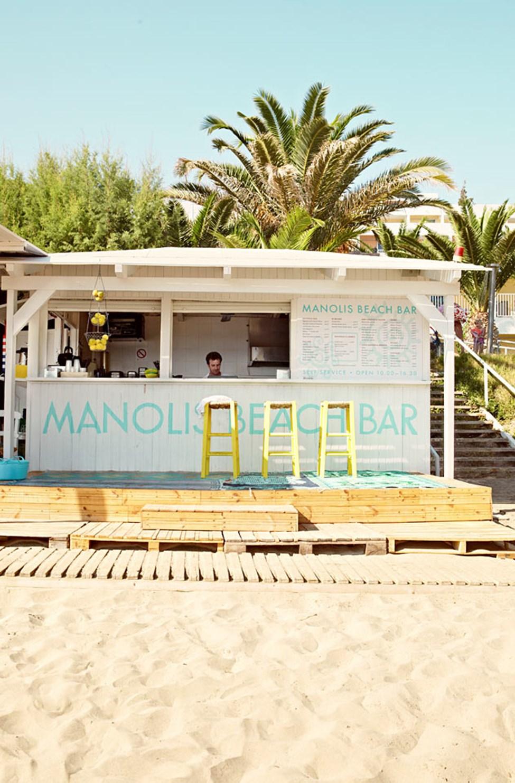 Lunsj på stranden? Manolis Beach Bar tilbyr kalde forfriskninger og enkle lunsjretter.