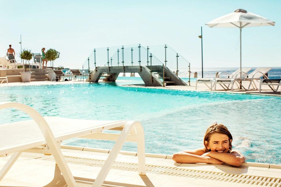 1-roms Compact Suite, terrasse med havutsikt og direkte utgang til hotellets basseng