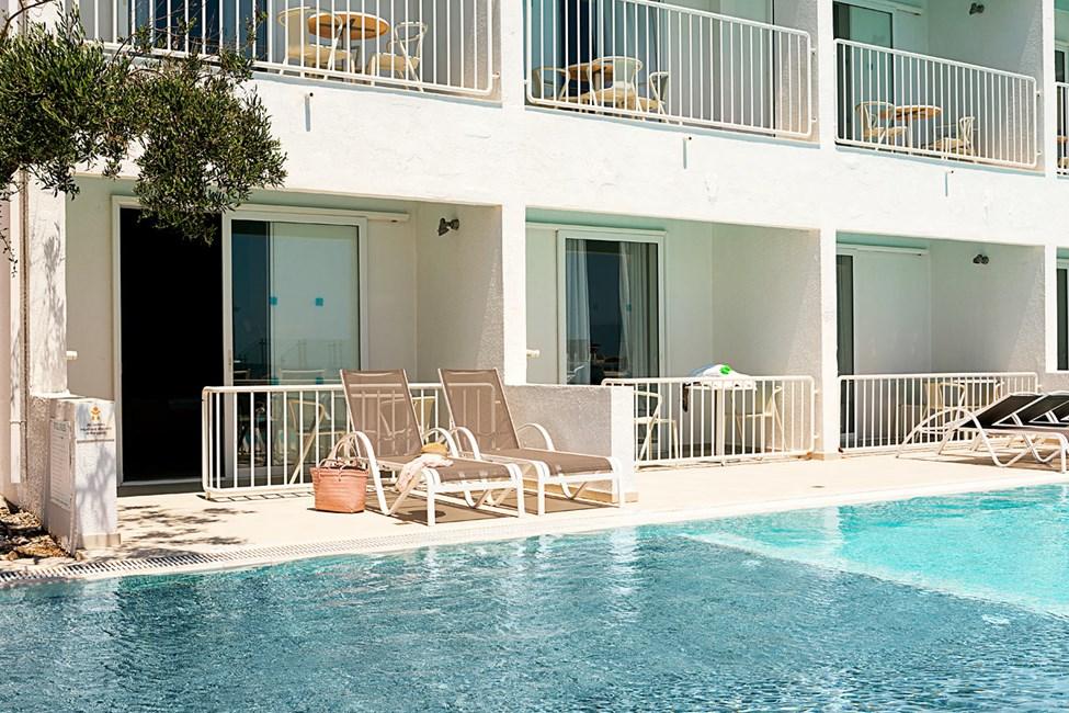 1-roms Compact Pool Suite, terrasse med havutsikt og direkte utgang til bassenget