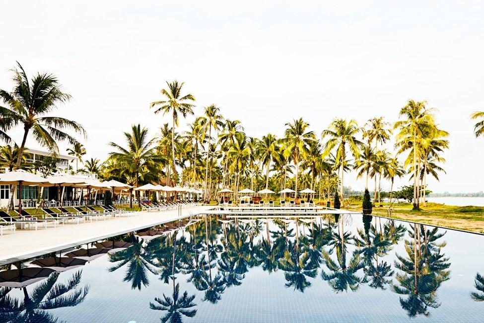 Hotellets flotte bassengområde har vakker havutsikt.