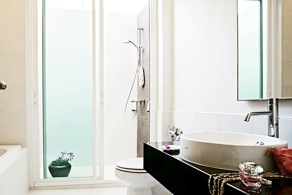 Badet i dublettrom villa har en herlig utedusj