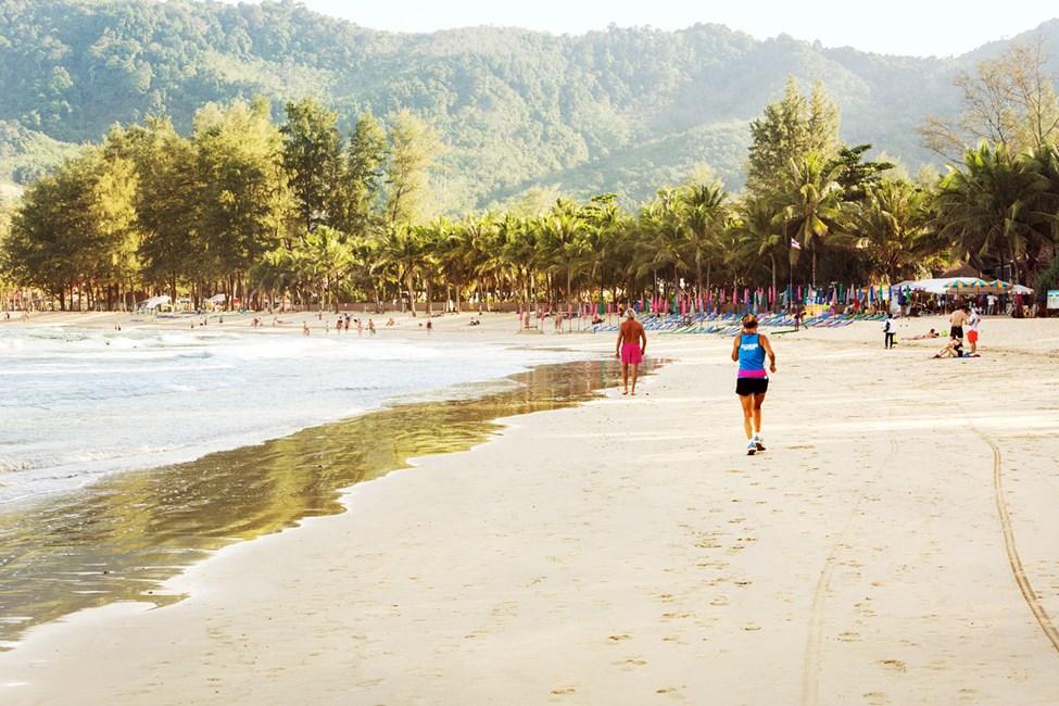 Kamala Beach er ca. 2 km lang og er fin å gå tur langs
