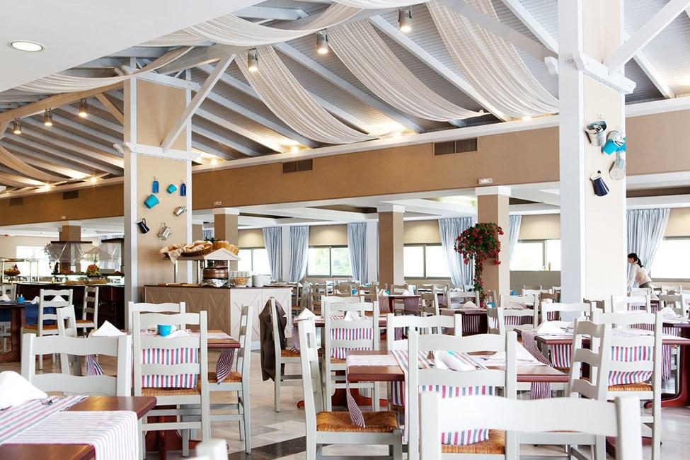 Atrium Greek Restaurant serverer greske spesialiteter i bufféen