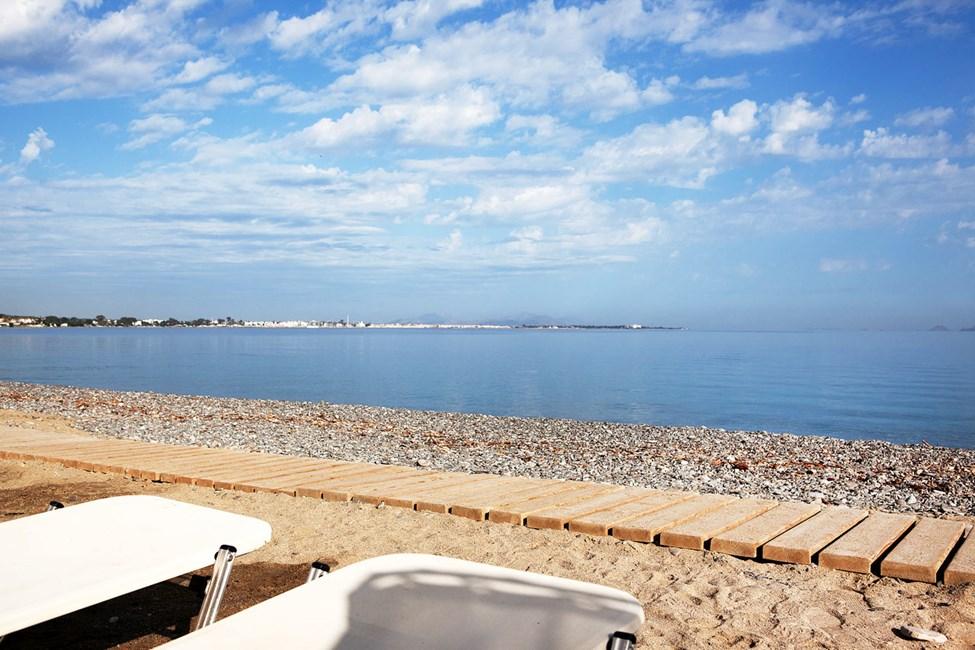 Psalidi Beach ligger rett nedenfor hotellet