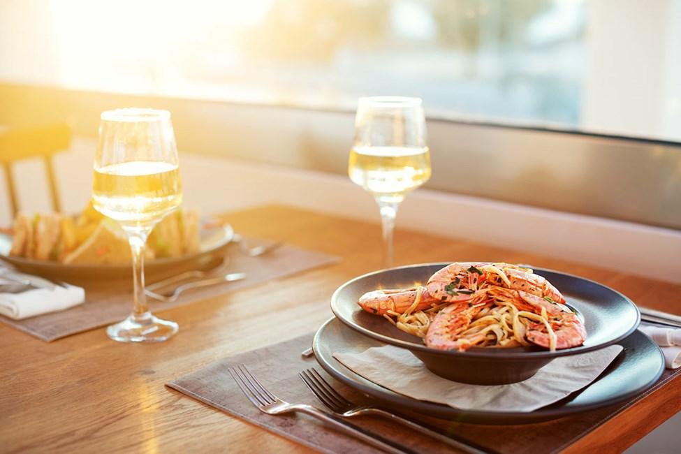 Nyt en deilig middag i hotellets restaurant