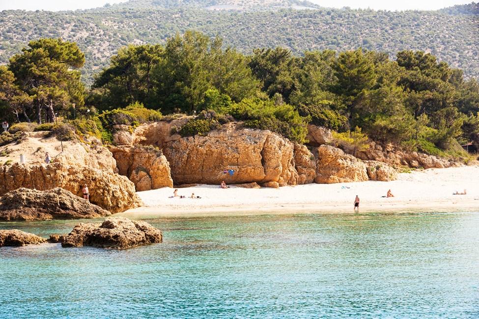 På stranden nedenfor hotellet kan du finne en usjenert plass i solen
