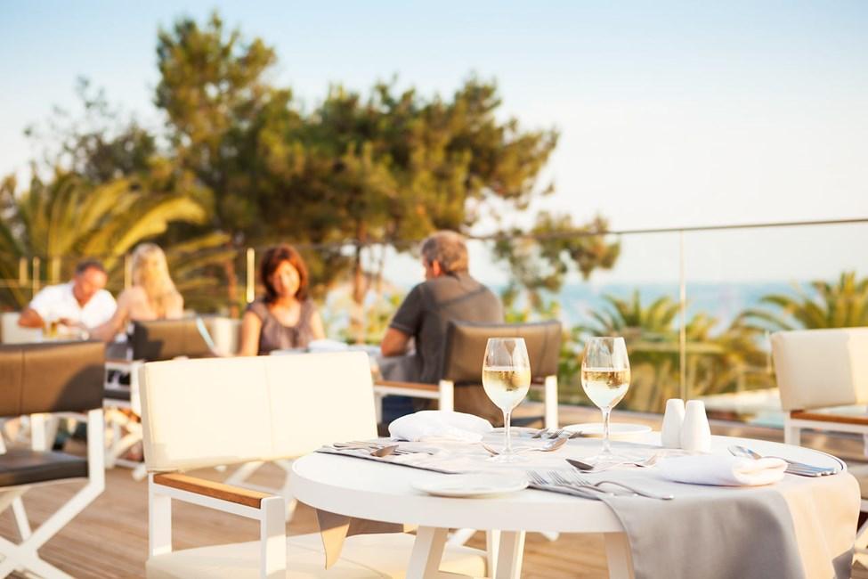 På hotellets takterrasse er det en elegant à la carte-restaurant