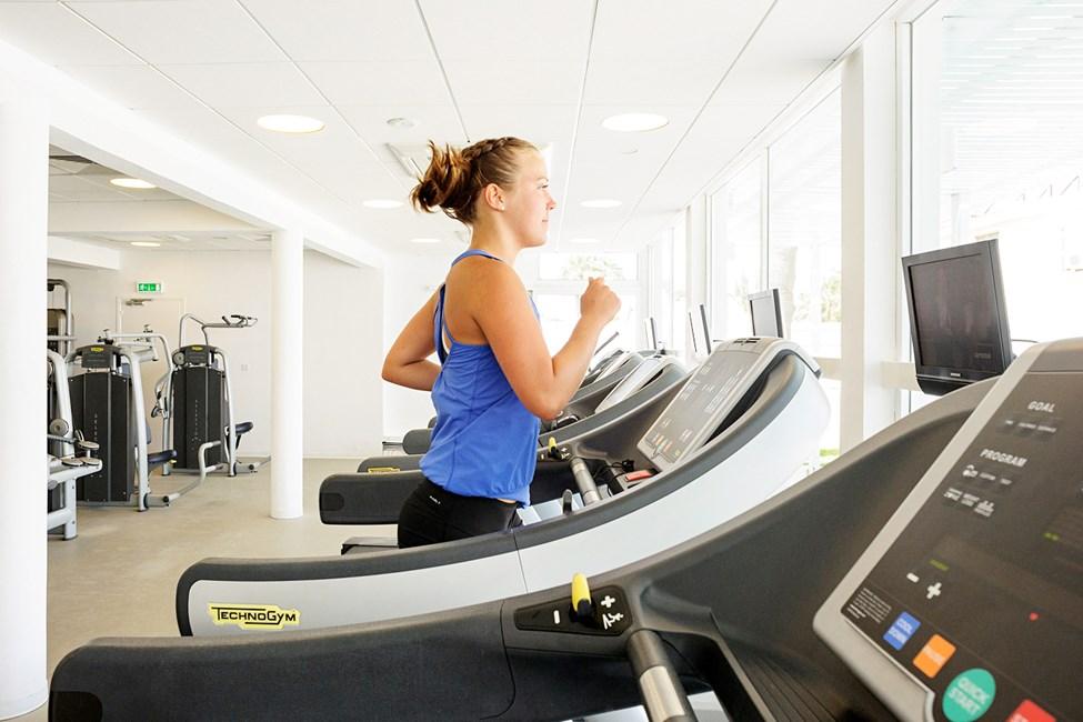 I treningsstudioet vårt kan du trene med både apparater og frie vekter