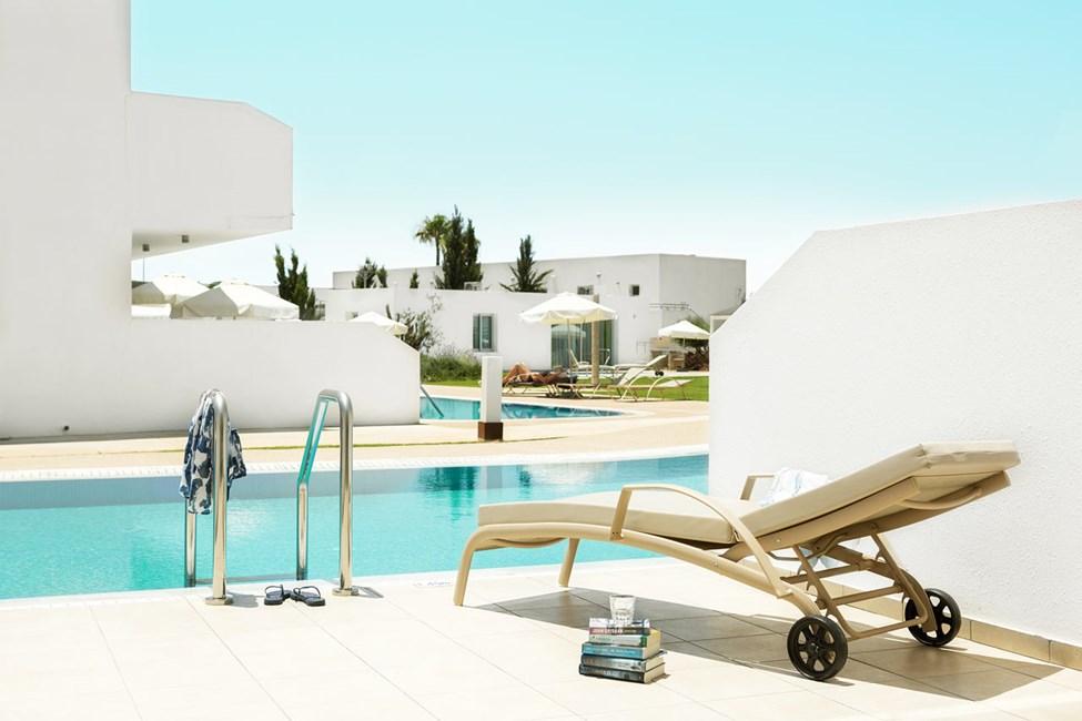 Prime Pool Suite 1 rom med stor terrasse med utgang til privat, delt basseng