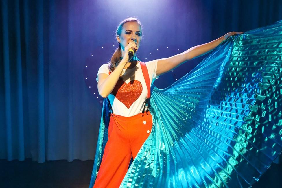 Flere kvelder i uken byr showteamet på Sunwing Sandy Bay Beach på profesjonelle sceneshow.