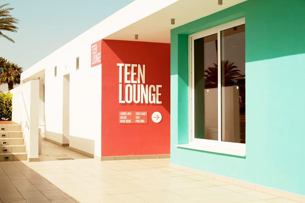 Alle ungdommer er velkommen til Teen Lounge for å ta en pause fra sol, strand, foreldre og småbarn.