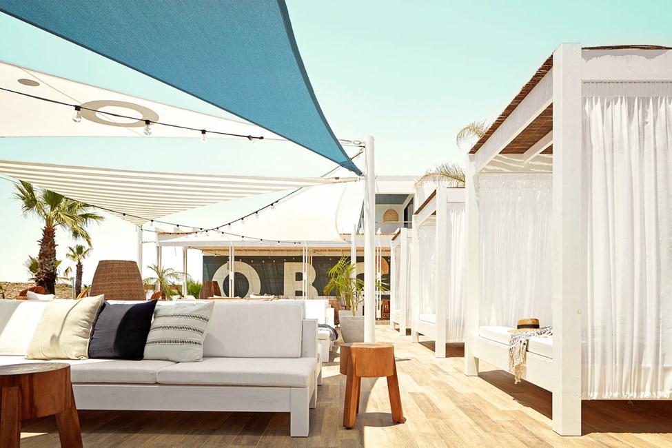 I hotellets Beach Club er det god plass til å slappe av og kose seg
