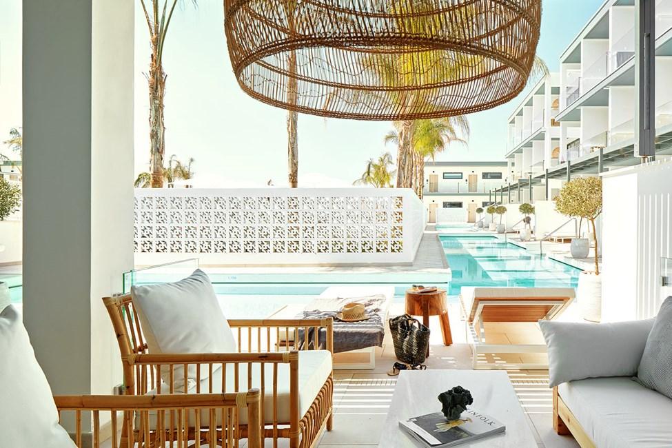 Større 2-roms CLUB SUITE med terrasse mot bassengområdet og direkte utgang til privat, delt basseng