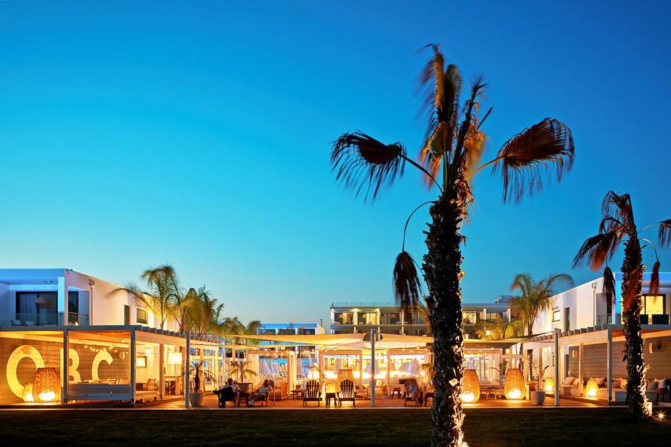 Nyt lyden av bølgesus og den fredelige atmosfæren i hotellets Beach Club.
