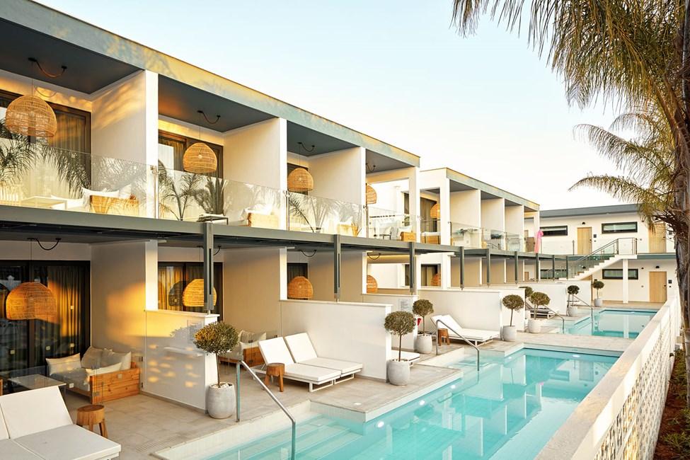 1-roms COMPACT SUITE med terrasse mot bassengområdet og direkte utgang til privat, delt basseng