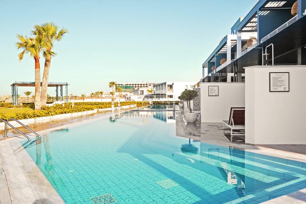 2-roms CLUB POOL SUITE med stor terrasse mot havet, direkte utgang til privat, delt basseng