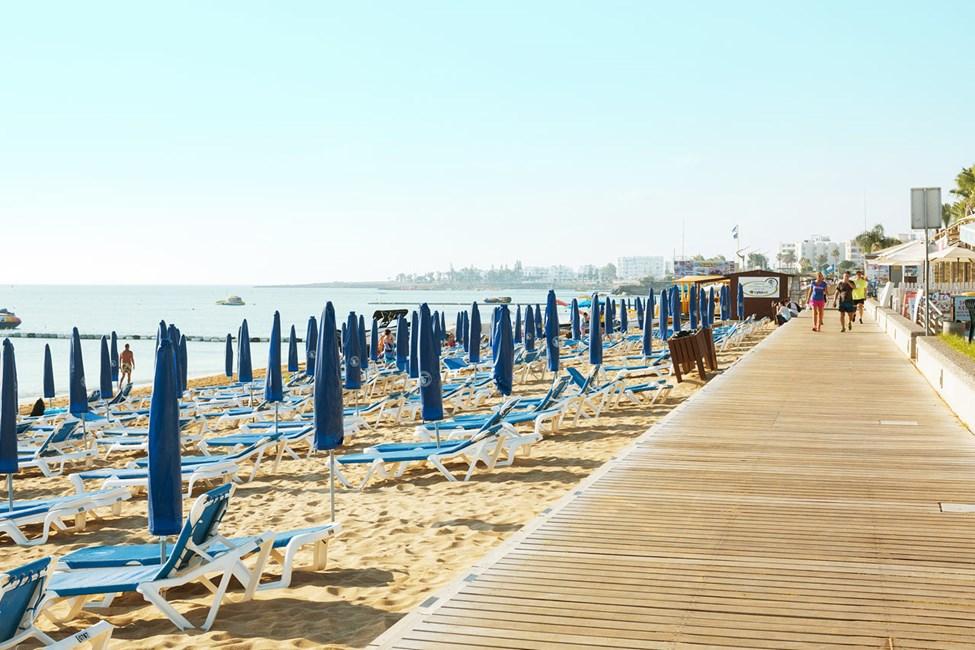 Strandpromenaden utenfor hotellet er 3 km lang – perfekt for både jogging og spaserturer