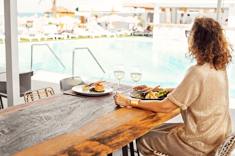 À la carte-restauranten i hotellets Beach Club har enestående utsikt over havet