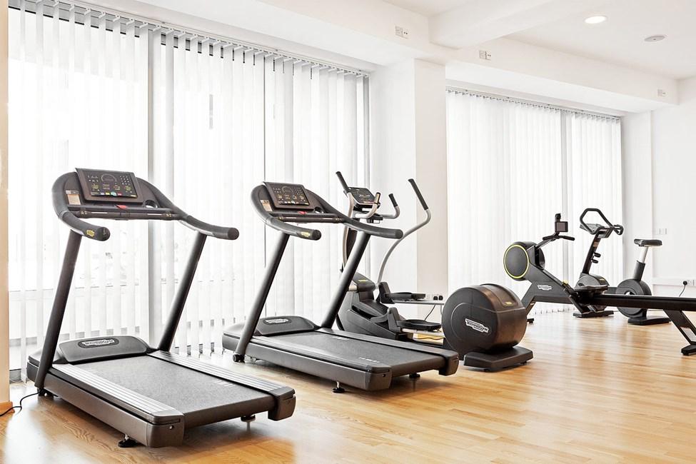 Hotellets treningsstudio har både treningsapparater og frie vekter
