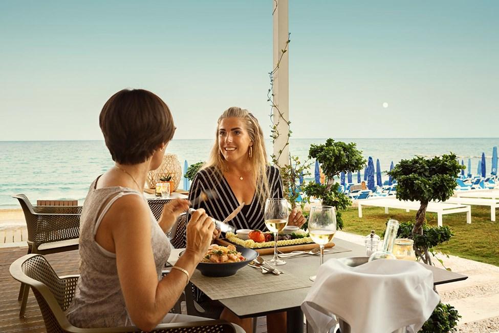 Restauranten ved stranden har flott utsikt over havet