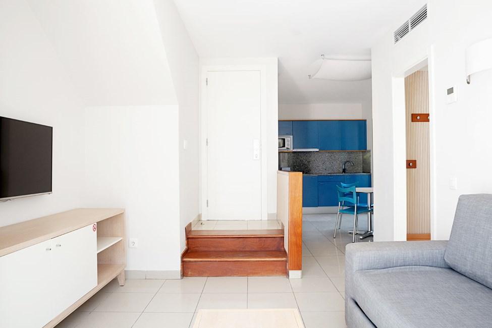 Oppholdsrommet i 2-romsleilighet med terrasse og 3-romsleilighet i to etasjer