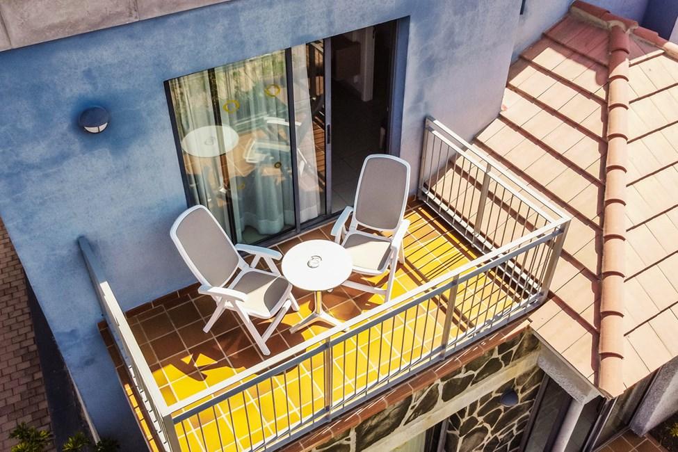 Dobbeltrom med balkong og 3-romsleilighet i to etasjer, med 4 ordinære senger