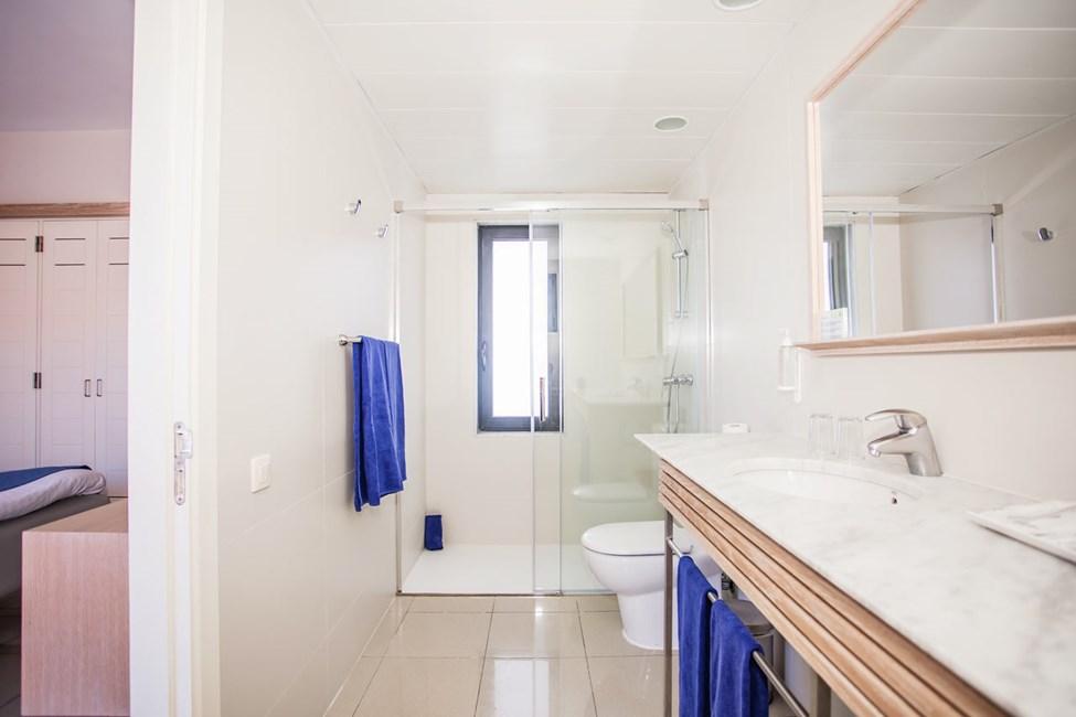 Badet i dobbeltrommene og 3-romsleilighet i to etasjer, med 4 ordinære senger