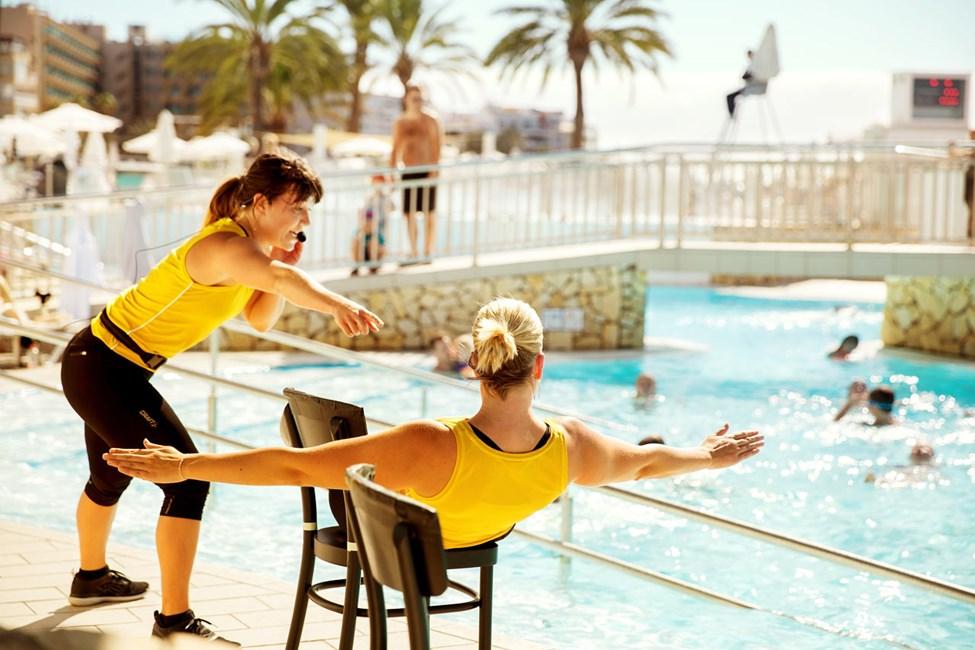 Reis deg fra solsengen og bli med på vår populære vanngymnastikk