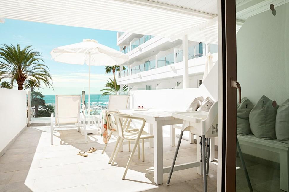 1-romsleilighet HAPPY BABY med balkong mot havet og separat sovedel