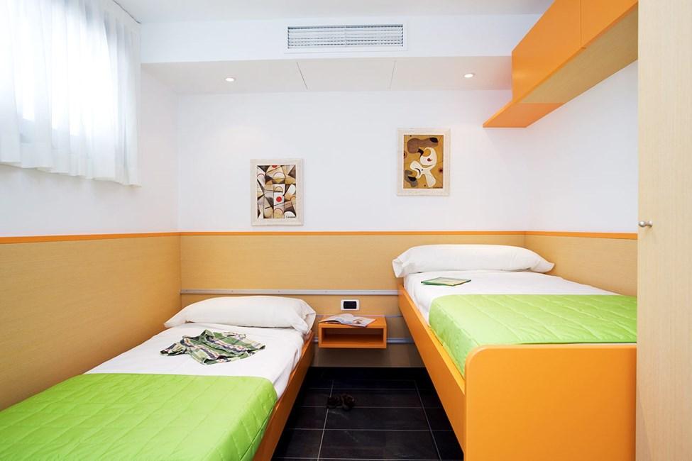 Ett av soverommene i en 3-romsleilighet med to ordinære senger