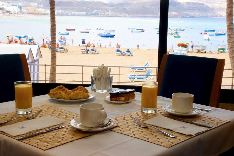Fra restauranten har du en fin utsikt over Las Canteras-stranden
