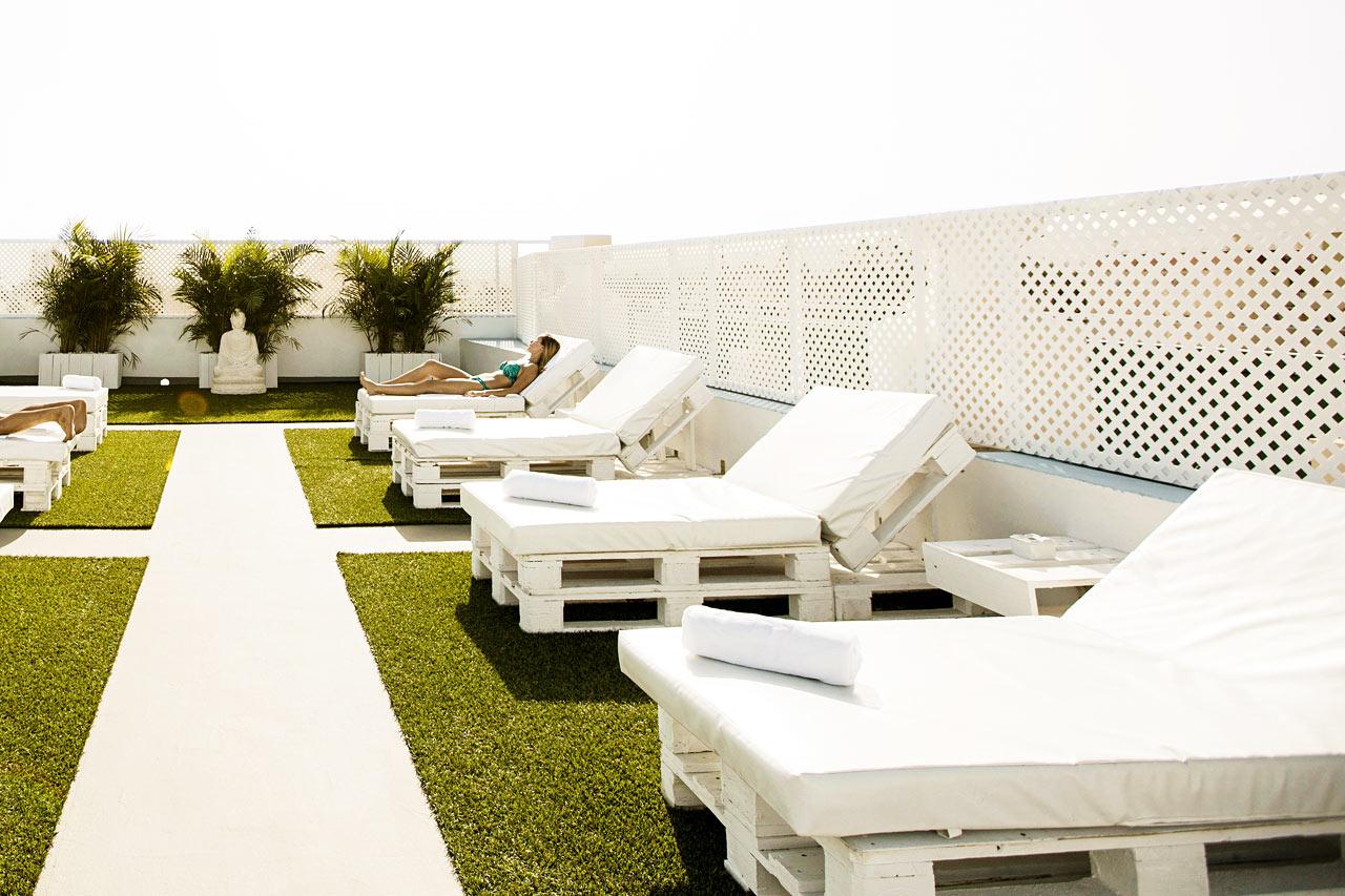 På taket er det en solterrasse for nudister