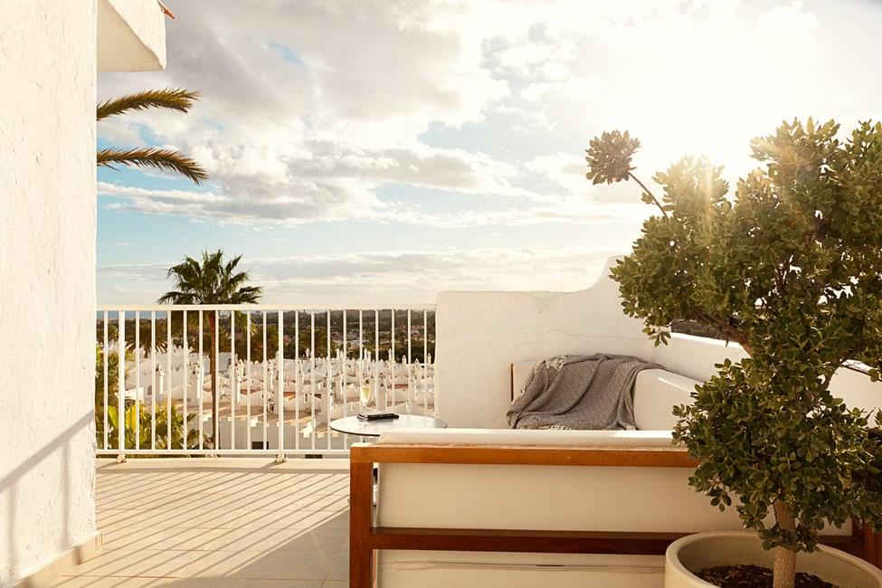 Alle Prime Lounge Suites har stor balkong med utemøbler og solsenger.
