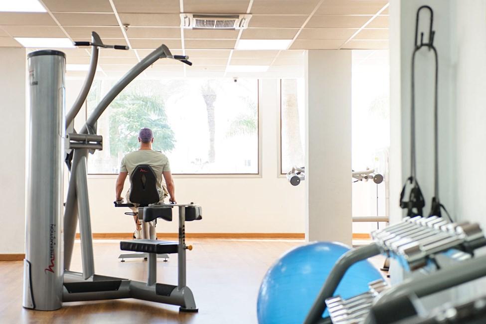 Hotellets treningsstudio har aircondition, og her kan du trene styrke på egen hånd.