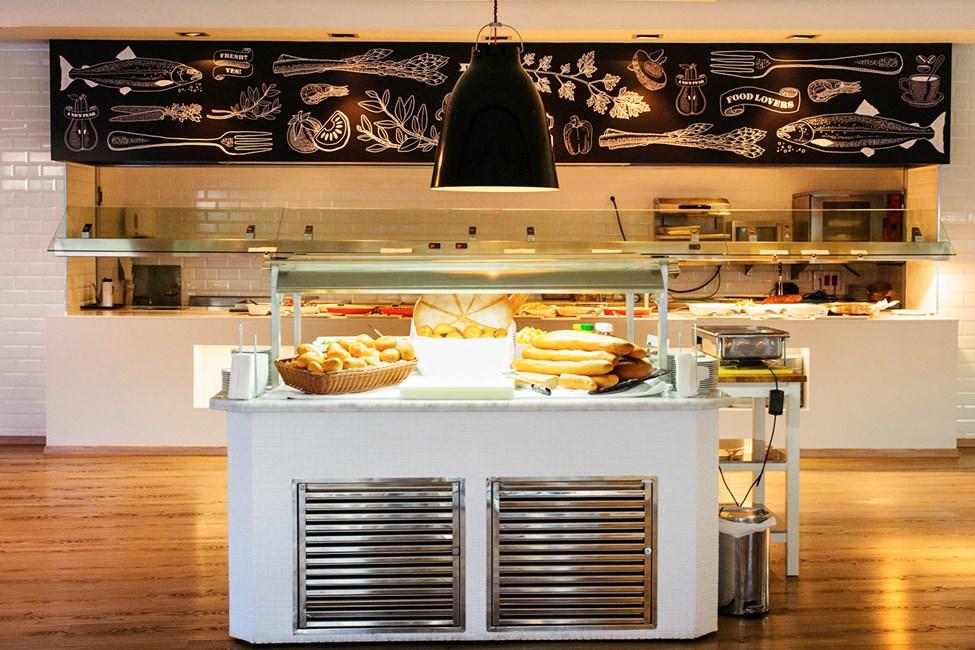 Bestill hotellets populære frokostbuffe eller rimelige måltidspakke.