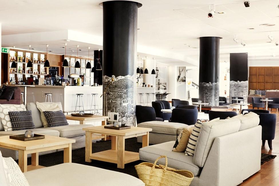 I loungebaren kan du nyte en forfriskende drink