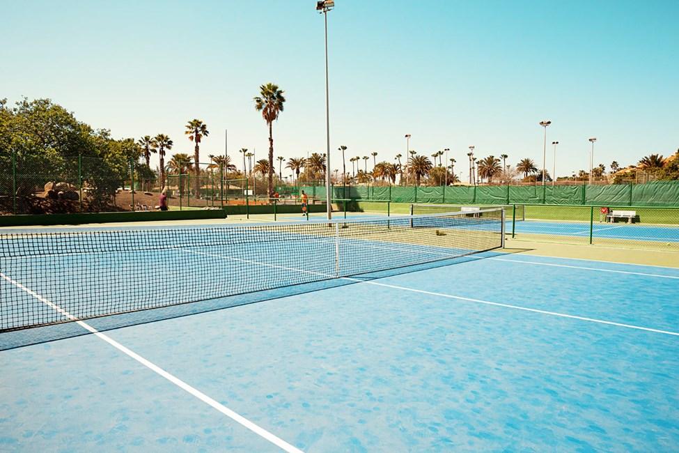 Det ligger et fint tennis-/padelanlegg rett ved siden av hotellet