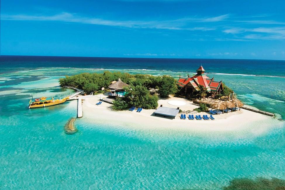 Hotellets egen øy med basseng, solsenger og restaurant
