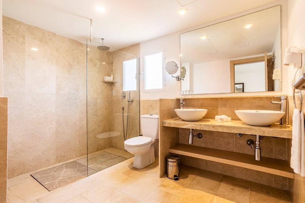 Badet i 1-romsleilighet med balkong og 2-romsleilighet med balkong